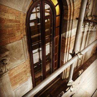 """""""Calma ed equilibrio sono elementi essenziali in tutte le cose"""" (D. Ikeda)  L'equilibrio mi è servito per avventurarmi sul ponteggio, la calma per riportare all'antico splendore le finestre di questa dimora storica, una delle più belle di Torino, """"Palazzo Carrera"""".  #restaurileopaldi  #libertytorino  #restaurolegnotorino  #finestredepoca"""