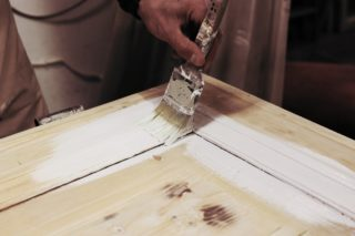 La verniciatura di un manufatto in legno è una forma di pittura: bisogna scegliere il pennello giusto, il colore adatto, il prodotto adeguato. Il pennello va intinto solo a metà, facendolo sgocciolare, pennellando sulla superficie sempre nello stesso senso. Così, con pazienza e rispetto del materiale, i manufatti trovano un nuovo volto.  #restaurileopaldi #restauro #art #design #interiordesign #artigianato #Torino #artigianodellegno #restauro #restauromobili #restauroconservativo #professionerestauro #restauromobiliantichi #restauroitaliasrl #restaurobenriuscito #restaurobeniculturali #restauroligneo #restaurodelmobile #restauropittorico #restaurostucchi