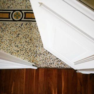 Geometrie quotidiane.  #pavimentoantico  #graniglia  #casedepoca #portaantica  #restaurileopaldi