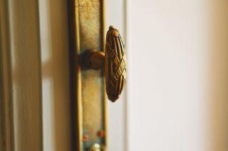Scegliere di restaurare un oggetto è un atto profondamente significativo: vuol dire riconoscere il valore di un oggetto e tramandarlo al futuro.  Questo è il significato del lavoro di restauro di queste splendide maniglie Art Déco, uno degli stili decorativi più interessanti del secolo, che ancora oggi è fonte d'ispirazione per il design contemporaneo, soprattutto degli interni.  #restauro #restauromobili #restauroconservativo #professionerestauro #restauromobiliantichi #restauroitaliasrl #restaurobenriuscito #restaurobeniculturali #restauroligneo #restaurodelmobile #restauropittorico #restaurodelmoderno  #restaurostucchi #artdeco #interiordesign